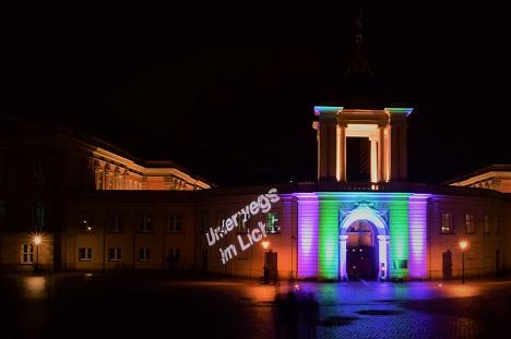 """Der Landtag mit dem Schriftzug """"Unterwegs im Licht"""". Foto: A. Eger"""
