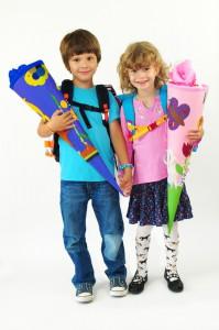 Schulkinder mit Schultuete