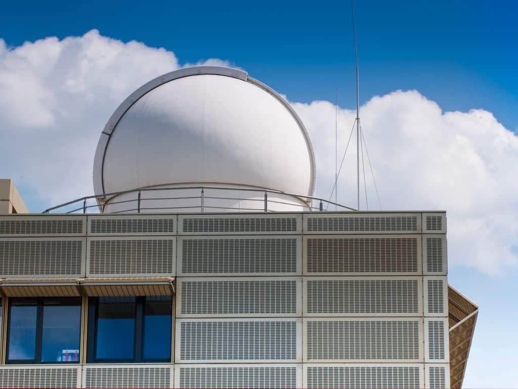 Die Übungssternwarte auf dem Physikgebäude in Golm (Bild: https://www.uni-potsdam.de/uploads/pics/11-294_haus_28_mit_sternwarte_campus_golm_foto_karla_fritze_12.jpg)