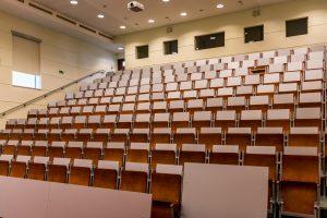 Trotz Ansteckungsgefahr werden Klausuren in der Uni geschrieben werden. (Grafik: pixabay)