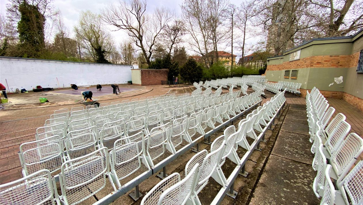Stühle in Reihen, vorne eine Bühne die von Potsdamer Bürgerstiftung bearbeitet wird